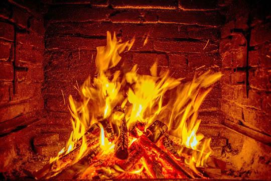 La combustione in un fuoco di legna.