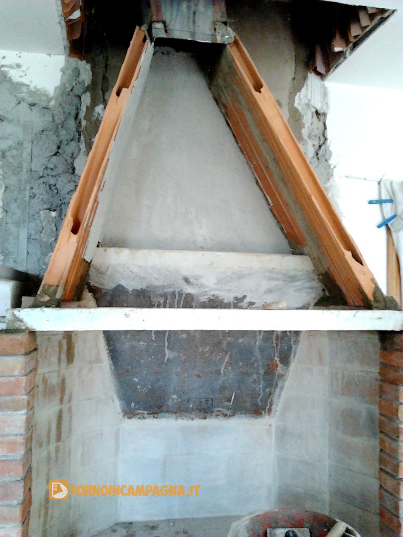 L'inizio della stuccatura interna in gesso.