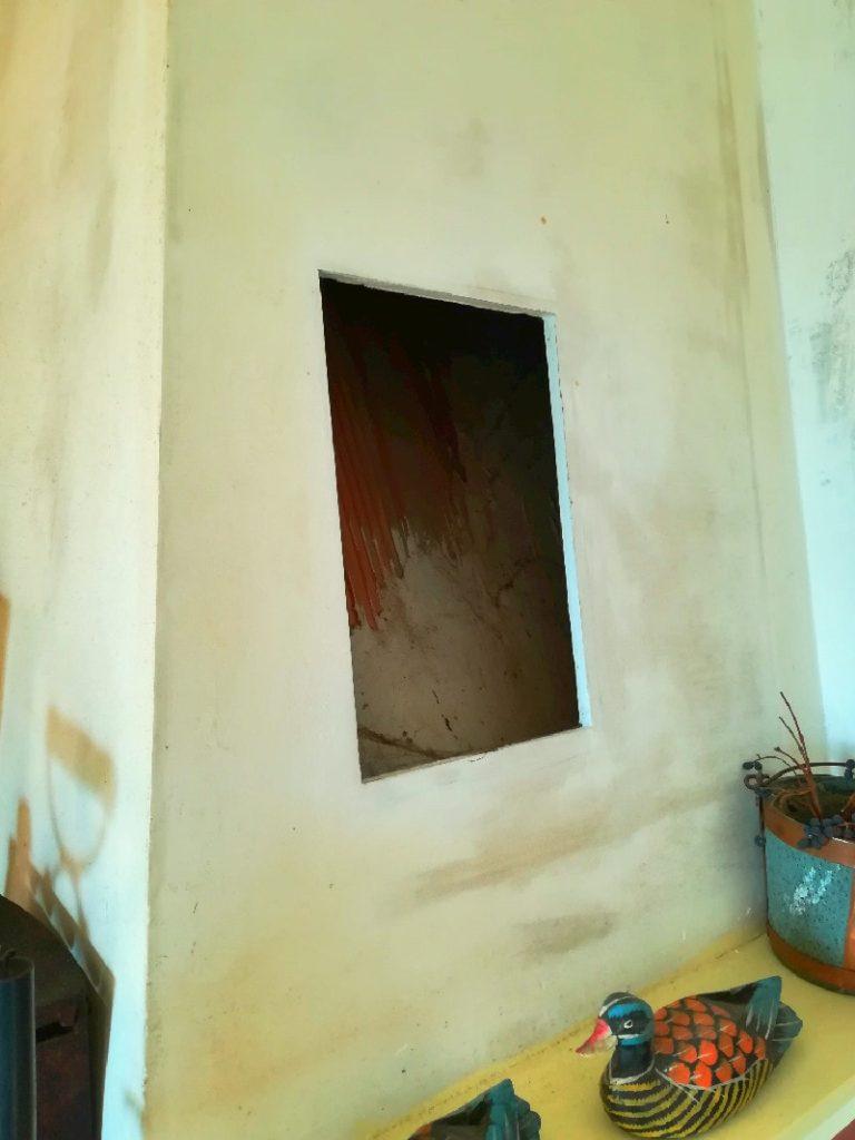 Il ritaglio nel cartongesso che ospita una delle due finestrelle per l'ingresso dell'aria.