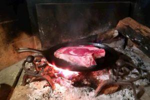 Bistecca di scottona su piastra di ghisa.