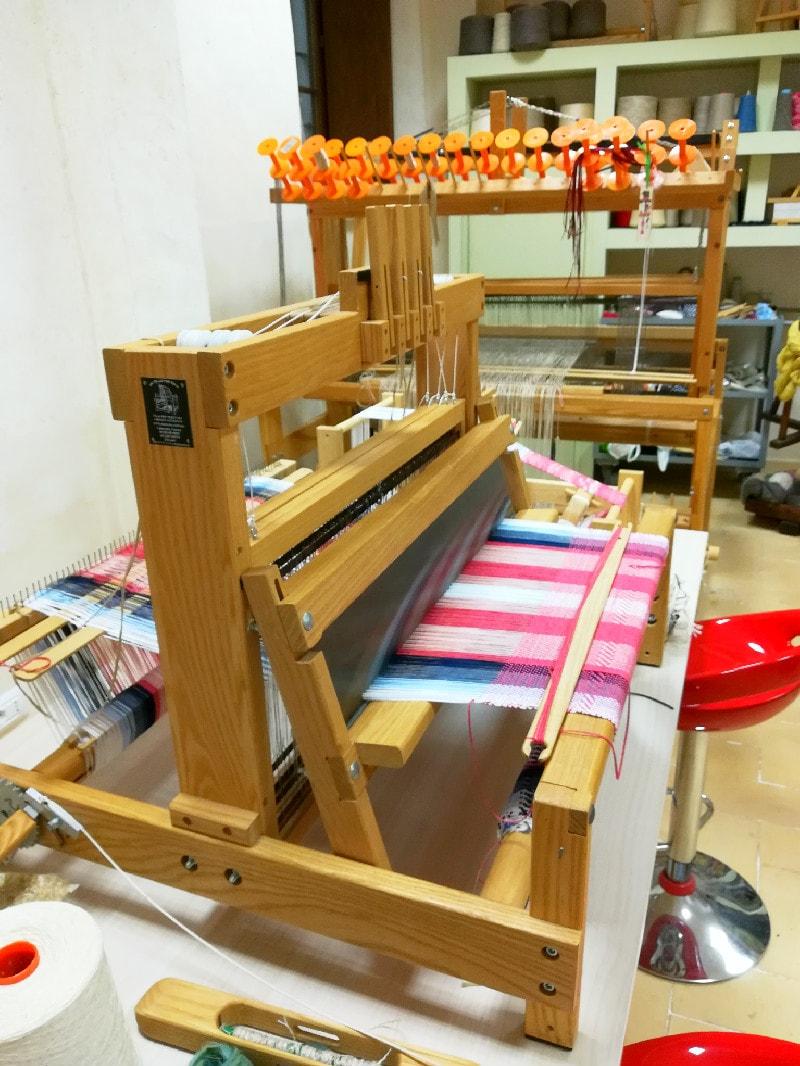 Un moderno telaio nel laboratorio del museo.